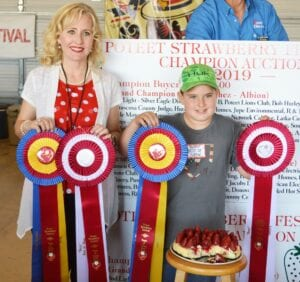 Aubrey Olle Smith (left), H-E-B Pleasanton #411 Top Store Leader and Berry Best of Show winner Connor Sparks. Sparks' Strawberry Cheesecake with Oreo Cookie Crust sold for $1,900 to buyers: Best-1 Hummingbird Feeders, Anthony and Jessica Badillo, Glazers Beer, Poteet Country Winery, H-E-B Pleasanton, Pleasanton Express, Poteet Lions Club, Poteet Rotary Club, Poteet VFW Post 6970 and Pure Party Ice. JOE DAVID CORDOVA | PLEASANTON EXPRESS